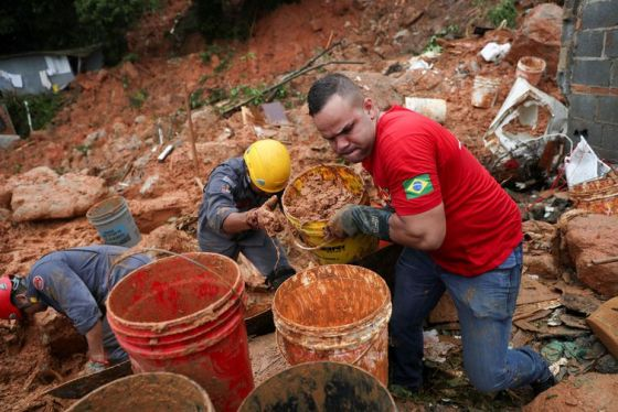 Resultado de imagem para Sobe para 16 o número de mortos após fortes chuvas na Baixada Santista